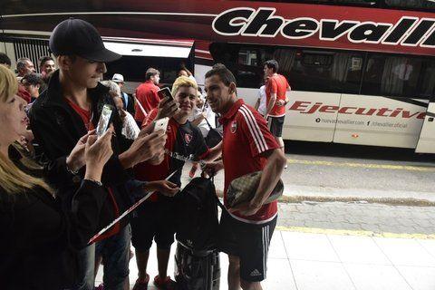 Con el ídolo. Maxi Rodríguez cumple con el sueño de los hinchas al arribar a Mar del Plata