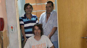 Pum para arriba. Fabián Ricci y sus amigos Néstor Pío Irureta y Jorge Changa Barale en su flamante ascensor.