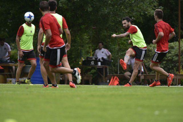 Nacho Scocco le pega a la pelota en el entrenamiento de fútbol reducido.