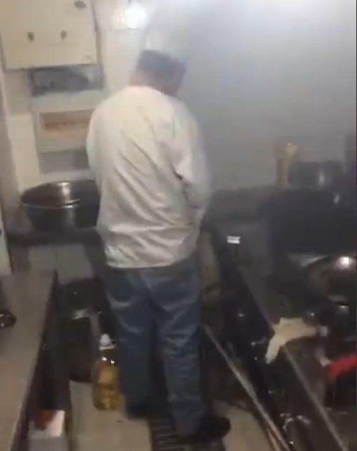 Un cocinero fue descubierto in fraganti orinando en la olla donde preparaba el plato del día