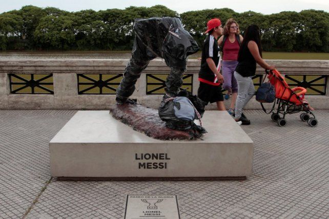 La estatua de Leo Messi en Buenos Aires fue vandalizada y así está ahora.