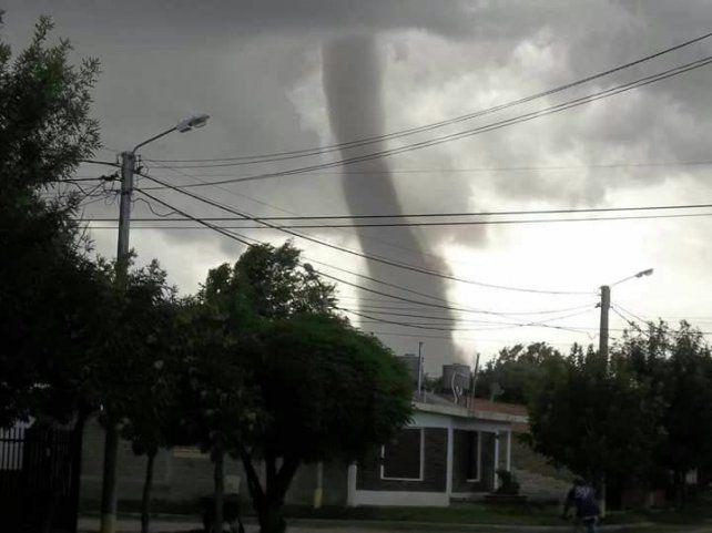 Un tornado se desató esta tarde en una pequeña localidad de San Luis sin provocar heridos ni daños.