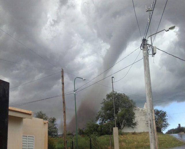 Los ciudadanos registraron imágenes y videos del tornado de esta tarde en San Luis.