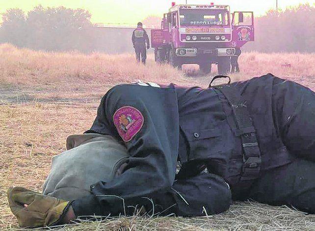 un descanso. Una bombera voluntaria pampeana duerme en el suelo.