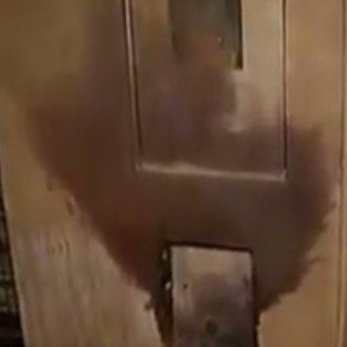 Así quedó la tapa de la luz tras la explosión en 9 de Julio al 1200. (Foto: captura de TV).