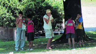 en riesgo. Un grupo de chicos aspira pegamento en una plaza. Advierten que el consumo está naturalizado.