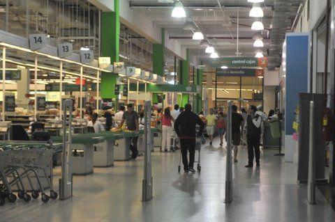 De compras. El domingo pasado abrieron tres cadenas nacionales.