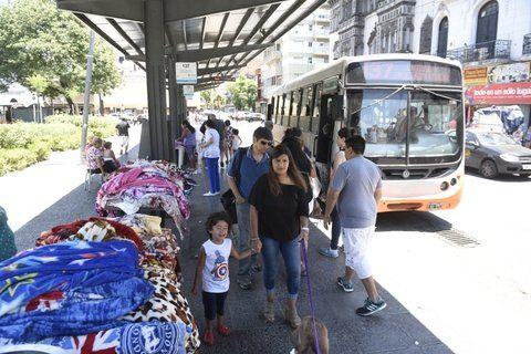 invasión. El viernes pasado los vendedores habían tomado la parada de colectivos como stand.