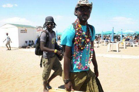 no me llames extranjero. Los vendedores de otros países pueblan las playas marplatenses.