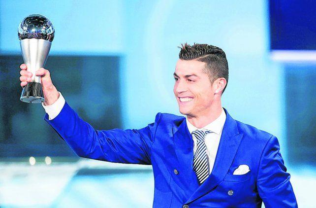 The Best. Cristiano Ronaldo levanta la copa como el mejor del mundo el año pasado. Segundo quedó Messi.