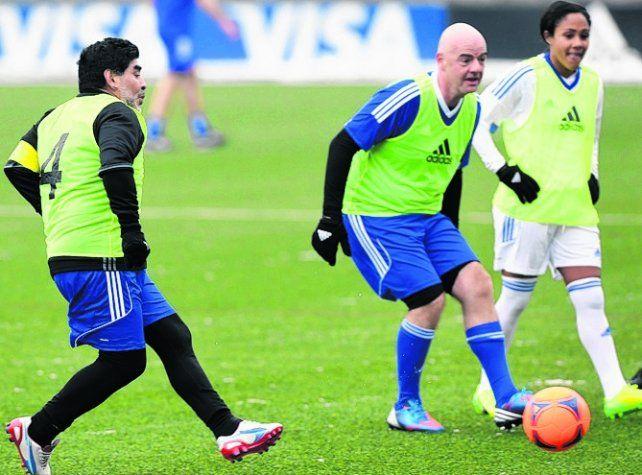 Muy juntos. Maradona compartió equipo con el italiano Gianni Infantino.