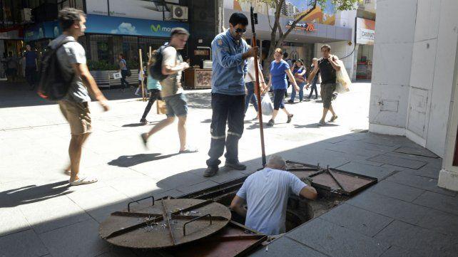 Verano complicado. Operarios de la EPE en reparaciones sobre la peatonal Córdoba.