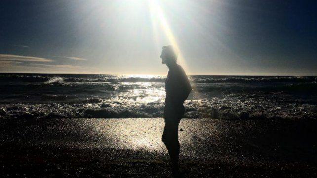 Benjamín Vicuña posa en el mar retratado por La China Suárez.