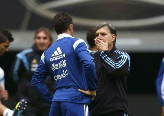 Martino dialoga con Demichelis en un entrenamiento de la selección argentina en septiembre de 2014.
