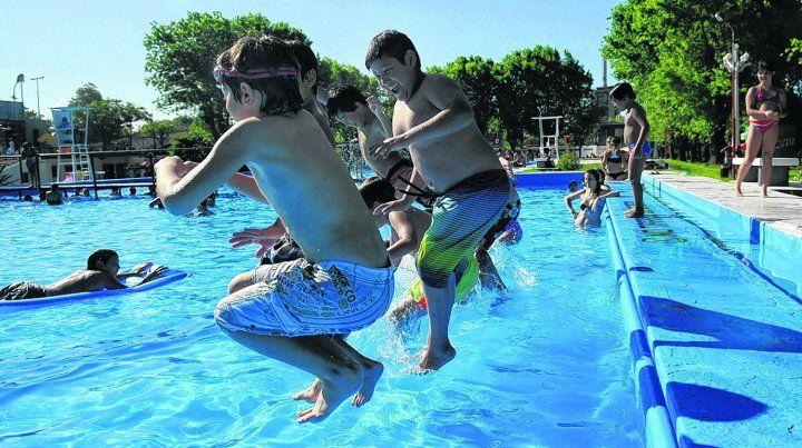 al agua. Los chicos saltan y se refrescan en el complejo de piletas del parque Alem