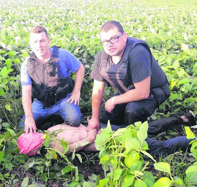 reducido. Los policías atraparon al ladrón en medio del campo.