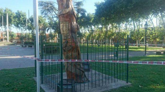 El retoño del Pino Histórico. Personal municipal cercó el lugar del accidente.