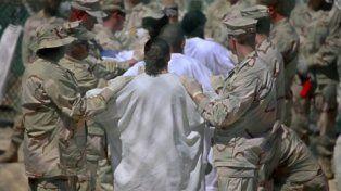 Retenidos. Militares estadounidenses trasladan a varios prisioneros de la base naval para interrogatorios.