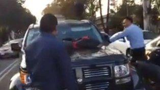 Encontró a su mujer con el amante en su auto, se puso loco y la reacción se hizo viral