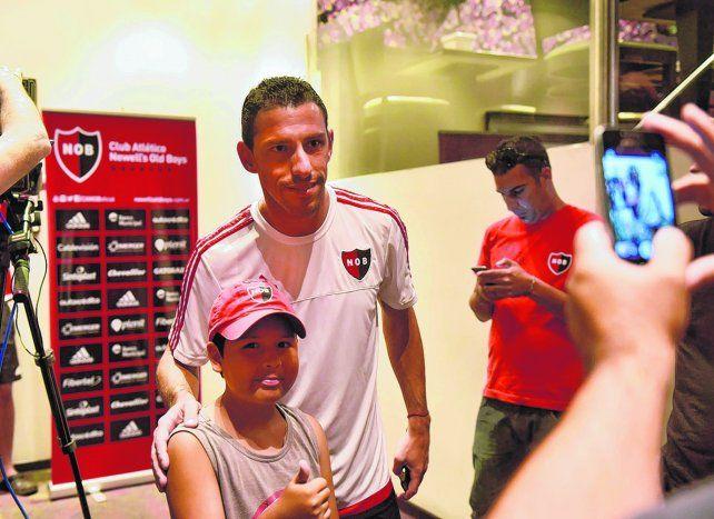 Soy tu fan. Maxi Rodríguez accedió gustoso a la requisitoria fotográfica de un pibe rojinegro. El ídolo de Newells habló de todo en la conferencia de prensa que dio en La Feliz.