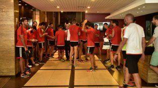 El plantel rojinegro regresó del entrenamiento y formó parte de la reunión con el presidente de Newells y el titular de Agremiados.
