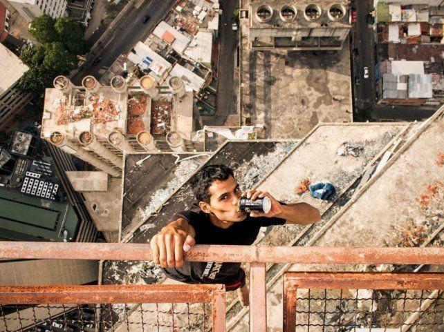 Un venezolano que desafía a las alturas con total desparpajo hace furor en las redes