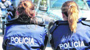 Custodia. Las policías marplatenses ejercen una discreta vigilancia y adoptan el rol de fuerza persuasiva.