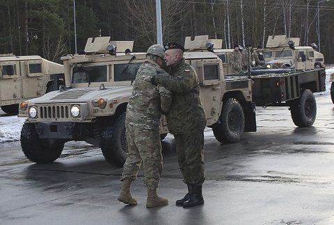 Arribo. Un oficial polaco recibe a su colega americano en el cuartel general en Zagab