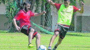 Los nuevitos. José San Román y Jacobo Mansilla disputan la pelota tras el táctico de la mañana. A la tarde hubo más fútbol.