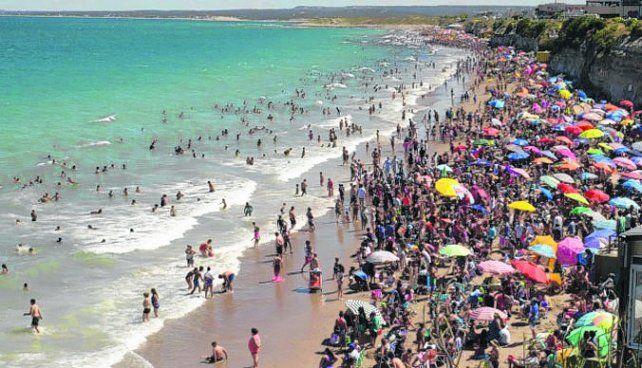 Las Grutas. Las aguas cálidas del balneario rionegrino atraen a miles de turistas.