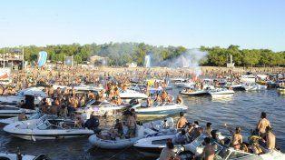 Las playas del banquito de arena situado frente a La Fluvial ya fueron escenario de una fiesta electrónica en años anteriores. (Foto de archivo)