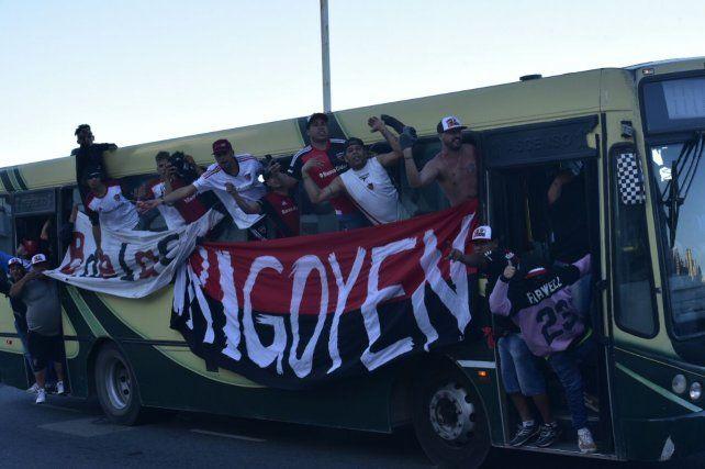 Los hinchas que llegaron desde Rosario para participar del banderazo en La Feliz.