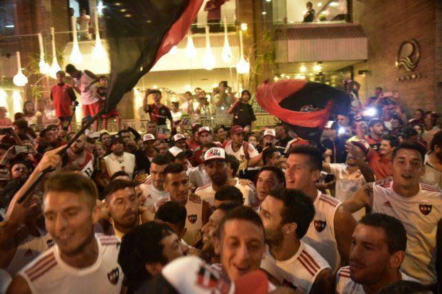 Los jugadores festejaron con los hinchas en el banderazo de Newells en Mar del Plata