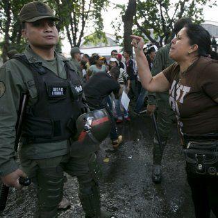 Tensión. Una venezolana discute con un oficial de la Guardia Nacional.