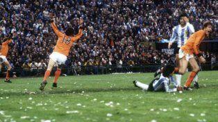 ¿Y ese 18? Olguín y Galván se lamentan. El holandés que había ingresado hacía un rato empata la final del Mundial 78. Festejó naranja en el Monumental y en Empalme Graneros.