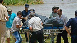 Penoso. Rescatistas trasladan los restos de Pablo Fuchinecco.