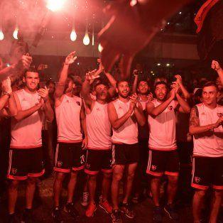 Con el plantel. Los jugadores rojinegros se sumaron al tributo de los hinchas y el Gato Formica sostiene una bengala luminosa.