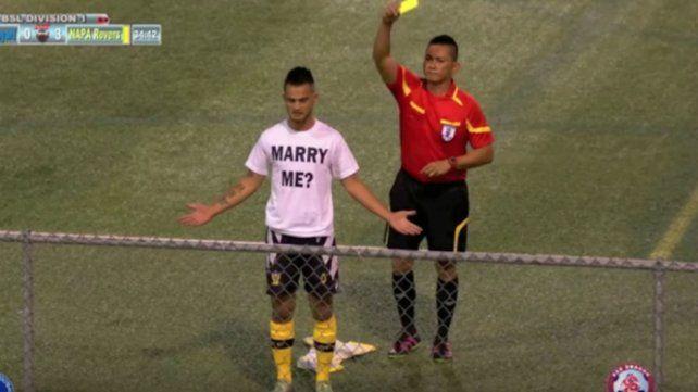 Sin concesiones. El árbitro aplica el reglamento con rigor e pesar de la declaración de amor.