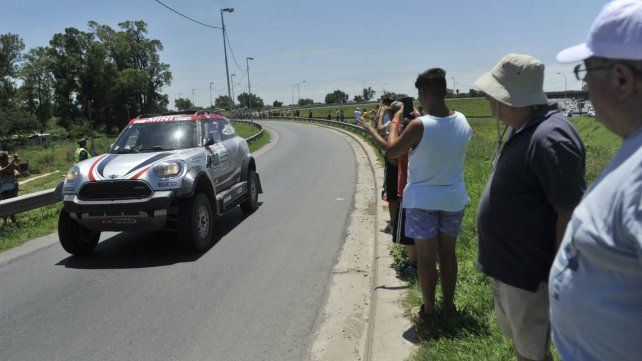 Los rosarinos se acercaron hasta la vera de la autopista Rosario-Buenos Aires para ver el paso de los competidos del Rally Dakar 2017.