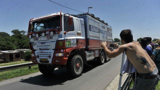 Los rosarinos se acercaron hasta la vera de la autopista Rosario-Buenos Aires para ver el paso de los competidores del Rally Dakar 2017.