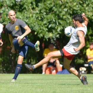 De defensores. Zelante y Lescano, los delanteros charrúas, en funciones de marcar.