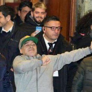 Maradona saludó a los fans napolitanos.