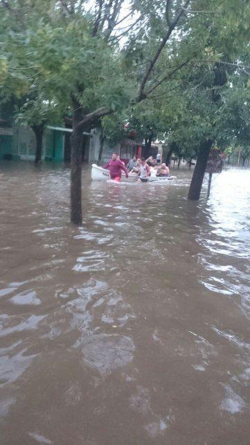 El dolor del jefe de bomberos que no puede ir a rescatar gente porque el cuartel está inundado
