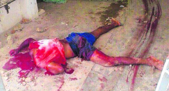 Pavoroso. Una de las víctimas de la batalla yacía ayer tirada en uno de los pasillos.