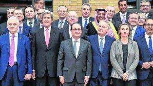 Juntos. Hollande pudo mostrarse con los cancilleres de unas 70 naciones. Pero no pudo atraer a los protagonistas.