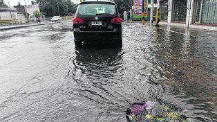Causa y efecto. La acumulación de agua en calles y veredas inundó también estaciones subterráneas.