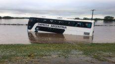 Al colectivo de Empresa Argentina ingresó agua hasta la mitad del vehículo. Foto Twitter@guillotee