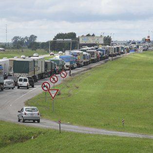 La autopista Rosario - Buenos Aires quedó habilitada en las primeras horas de la tarde, pero el tránsito es muy lento en varias zonas debido a la presencia de agua.