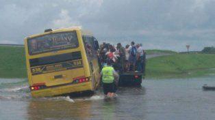 pasajeros de un colectivo debieron ser rescatados por riesgo de que los arrastre el agua