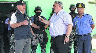 El gobernador Colombi (centro) discute con el policía antinarcóticos José Moyano